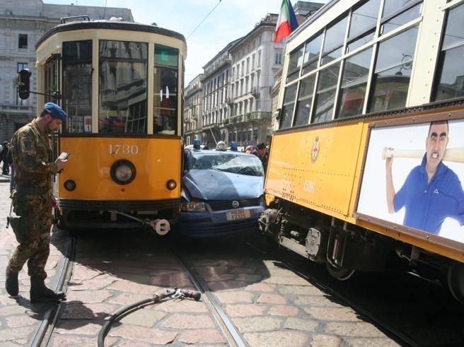 La polizia incastrata tra due tram a Milano