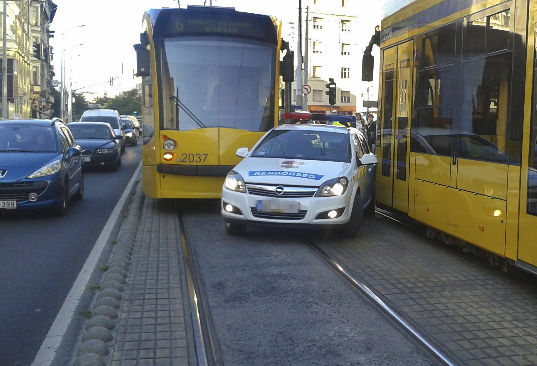 La polizia incastrata tra due tram a Budapest